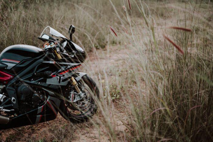 une moto italienne dans un champ